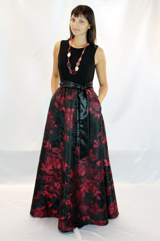 Langes Kleid aus schwarzem Jersey und schwarzem und rotem Taft mit  Blumenmuster