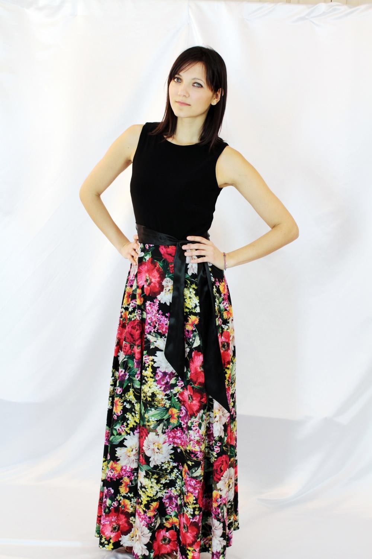 Langes schwarzes Kleid mit mehrfarbigem Blumenrock
